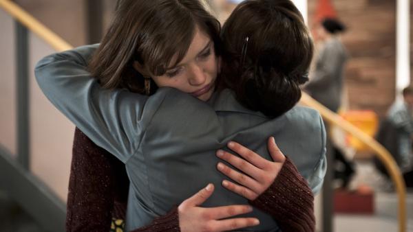 Roxy (Helene Mardicke) wurde von ihrer Mutter versetzt und sucht Trost bei Frau Rottbach (Angelika Böttiger). | Rechte: MDR/Anke Neugebauer