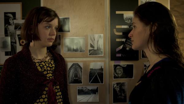 Lara Zöllner (Simone Jaeger, re.) erklärt Roxy (Helene Mardicke, li.), was passiert ist. | Rechte: MDR/Anke Neugebauer