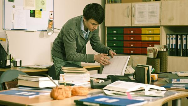 Hubertus (Hugo Gießler) versucht, die Aufgaben für die anstehenede Klassenarbeit zu stehlen. | Rechte: MDR/Anke Neugebauer