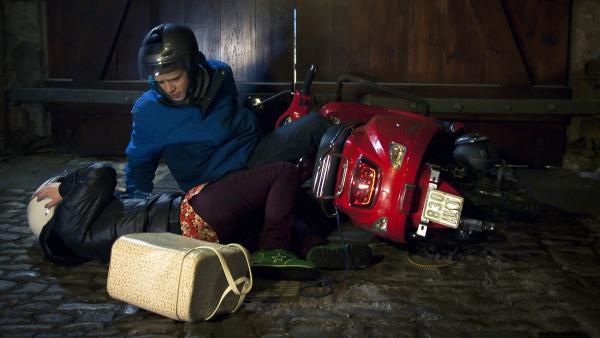 Li-Ming (Ruth Schönherr) und Nils (Jacob Körner) bauen mit dem Roller einen Unfall. | Rechte: MDR/Anke Neugebauer
