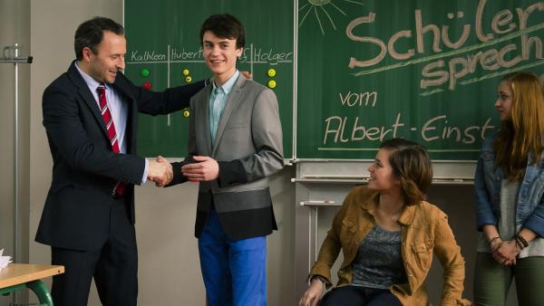 Direktor Berger (Robert Schupp) gratuliert Hubertus (Hugo Gießler) zur Wahl zum Schülersprecher. | Rechte: MDR/Anke Neugebauer