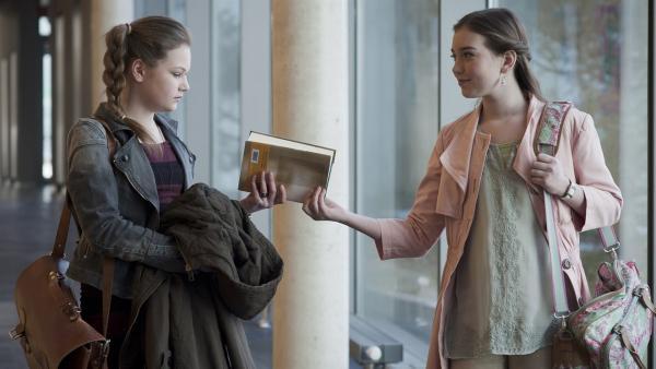 Serena (li., Svea Engel) ist verwundert: Miriam (Jelena Hermann) verhält sich ihr gegenüber auf einmal handzahm. | Rechte: MDR/Anke Neugebauer
