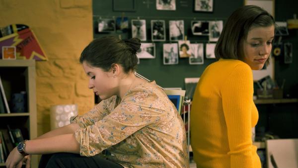 Pippi (Marie Borchardt, li.) beschwert sich bei Roxy (Helene Mardicke): Hubertus würde niemals öffentlich zu ihr stehen. | Rechte: MDR/Anke Neugebauer