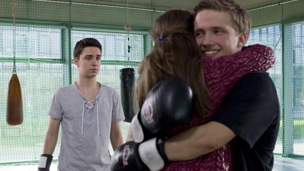 Tommy (Lucas Leppert, li.) ist erschüttert darüber, wie gut sich Justus (Robert Reichert, re.) und Bella (Marie Meinzenbach) verstehen.   Rechte: MDR/Simmet