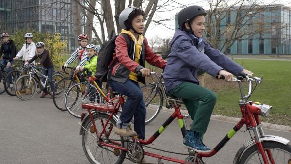 Dominik (Yannick Rau, re.) hat eine Lösung gefunden, wie Raphael (Oskar McKone, li.) nun doch Fahrrad fahren kann. | Rechte: MDR/Anke Neugebauer