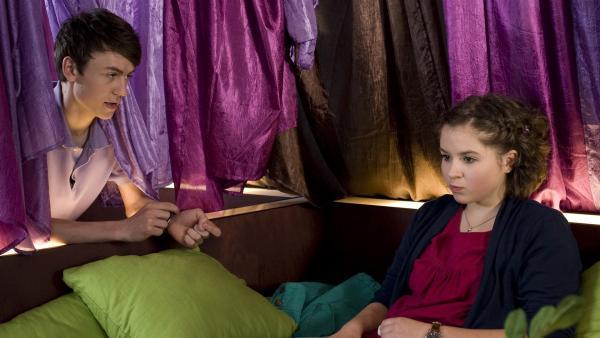 Hubertus (Hugo Gießler) macht Pippi (Marie Borchardt) ein Angebot, damit sie Einstein nicht verlassen muss.   Rechte: MDR/Simmet