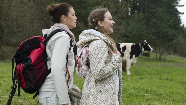 Miriam (Jelena Herrmann, re.) weiß um die Angst vor Kühen ihrer Mutter (Ina Paula Klink, li.) und lockt sie auf eine Kuhweide.   Rechte: MDR/Simmet