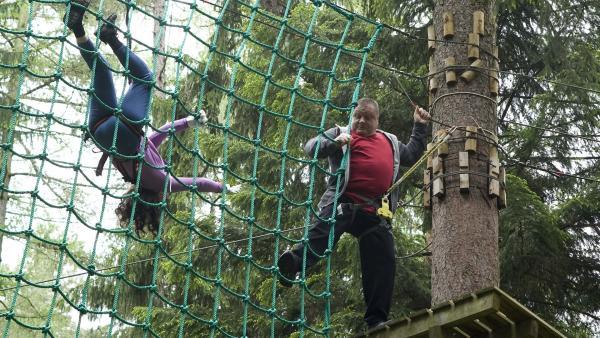 Daphne (Johna Fontain) brimgt Herrn Krasssnick (Georg Blumreiter) dazu seine Höhenangst zu überwinden, obwohl das Ziel ein anderes war. | Rechte: MDR/Katharina Simmet