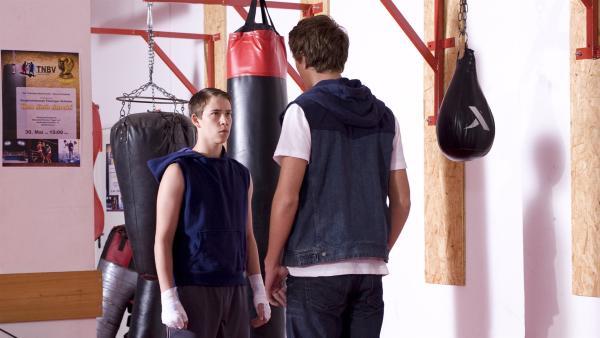 Nils (Jacob Körner) trifft auf seinen früheren Kammeraden Torben (Dennis Kamitz).   Rechte: MDR/Katharina Simmet