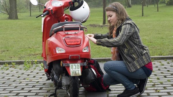 Ming (Ruth Schönherr) beschmiert ihren Roller um Nils klar zu machen, dass es gefährlich ist, wenn er sich outet. | Rechte: MDR/Katharina Simmet