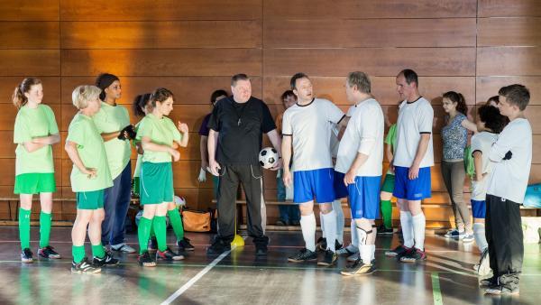 Das große Fußballspiel Männer gegen Frauen steht bevor. | Rechte: MDR/Paul-Ruben Mundthal