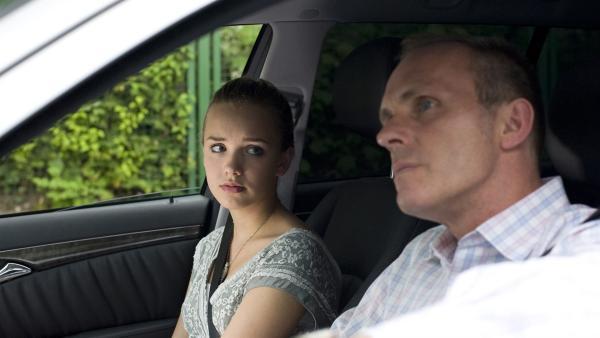 Constanze (Henrieke Fritz) ist von ihrem Vater (Dirk Martens) enttäuscht   Rechte: MDR/Katharina Simmet