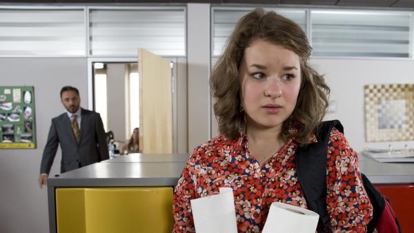 Li-Ming (Ruth Schönherr) hat ein schlechtes Gewissen, weil sie den Redaktionscomputer kaputt gemacht hat.   Rechte: MDR/Katharina Simmet