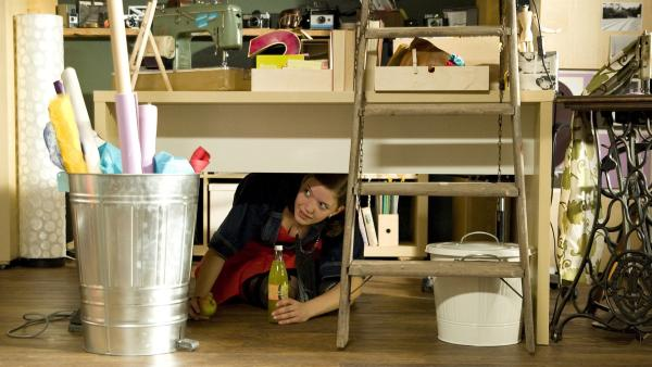 Roxy (Helene Mardicke) versteckt sich vor Miriam. Sie denkt, dass Miriam sie umstylen möchte. | Rechte: MDR/Katharina Simmet