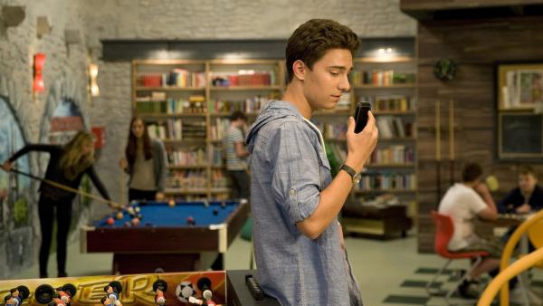 Tommy (Lucas Leppert) wartet vergeblich auf Tobias, der ihn wegen seiner neuen Freundin Marike versetzt. | Rechte: MDR/Katharina Simmet