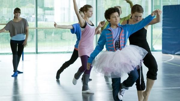 Raphael (Oskar McKone) bekommt eine Lektion erteilt: eine unfreiwillige Balletstunde bei Frau Levin (re., Janina Elkin), da er sich abschätzig über boxende Frauen geäußert hat. | Rechte: MDR/Katharina Simmet