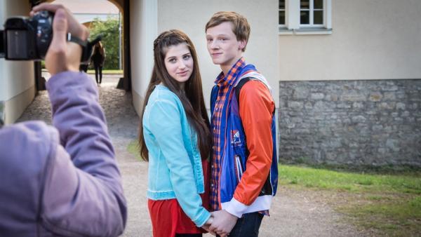 Tobias (Stefan Wiegand) verabschiedet sich von Marike (Natalie Kopp) und beschließt für sie ein Videotagebuch zu machen.   Rechte: MDR/Andreas Wünschirs