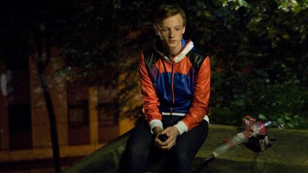 Tobias (Stefan Wiegand) ist so sehr mit Marike beschäftigt, dass er den Geburtstag seines besten Freundes Tommy vergisst.   Rechte: MDR/Katharina Simmet