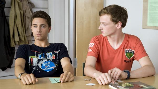 Tommy (li., Lucas Leppert) ist total enttäuscht, weil Tobias (re., Stefan Wiegand) seinen 16. Geburtstag plus Überraschungsfeier vergessen hat.   Rechte: MDR/Katharina Simmet