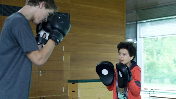 Nils verweigert Raphael eine Sonderbehandlung, sodass Raphael nichts anderes übrig bleibt, als bei Daphne als Trainerin zu boxen. | Rechte: MDR/Katharina Simmet