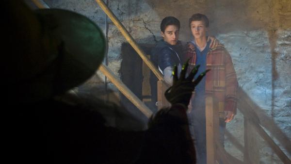 Tommy (Lucas Leppert, li.) rettet seinen Freund Tobias (Stefan Wiegand, re.) vor einer Hexe. Diese steht sinnbildlich für seine Freundin Marike (Nathalie Koop). | Rechte: MDR/Katharina Simmet
