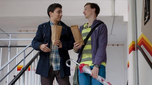Tommy (Lucas Leppert, li.) versöhnt sich wieder mit seinem besten Freund Tobias (Stefan Wiegand, re.) und schaut mit ihm einen Zombie-Film. | Rechte: MDR/Marco Wicher