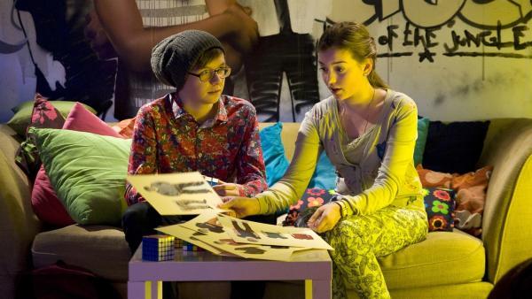 Miriam (Jelena Herrmann) will Adrian (Lukas Lange) in Phase zwei ihres Projektes drängen und das anhand von Styling-Sheets. | Rechte: MDR/Katharina Simmet