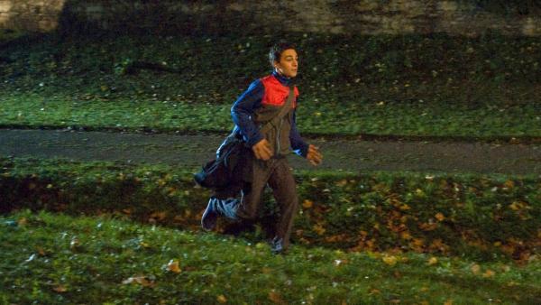Tommy (Lucas Leppert, im Bild) hat eine rettende Idee für seinen besten Freund Tobias (Stefan Wiegand), der von seiner Freundin verlassen wurde. | Rechte: MDR/Katharina Simmet