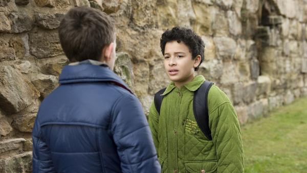 Raphael (Oskar-Kraska Mc Kone, re.) beichtet seinem Freund Dominik (Yannick Rau, li.), dass er in Daphne (Johna Fontaine) verliebt ist. | Rechte: MDR/Katharina Simmet