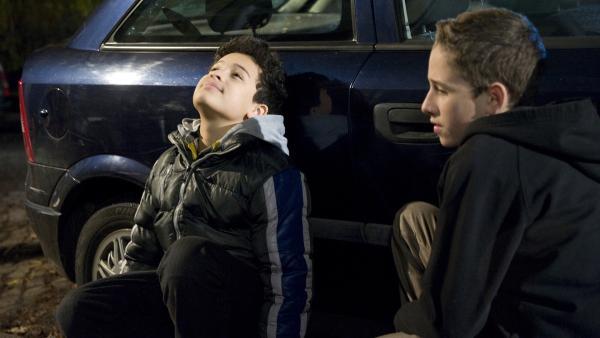 Raphael (Oskar-Kraska Mc Kone, li.) plant mit seinem Freund Dominik (Yannick Rau, re.) seinen Auftritt als Helden. | Rechte: MDR/Katharina Simmet