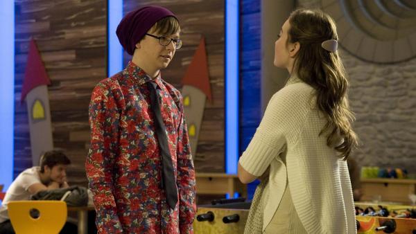 Miriam (Jelena Herrmann) ist trotz Adrians (Lukas Lange) äußerlicher Wandlung mit seinem Benehmen gegenüber Frauen unzufrieden. | Rechte: MDR/Katharina Simmet
