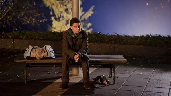 Tommy (Lucas Leppert) hat ein schlechtes Gewissen, weil er sich als Marike ausgibt und in deren Namen Liebes-Emails an seinen besten Freund schreibt. | Rechte: MDR/Marco Wicher
