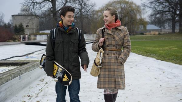 Tommy (Lucas Leppert) und Constanze (Henrieke Fritz) haben zunehmend Spaß an ihren Mails für Tobias. Doch die Sache wird ernst: Um nicht aufzufliegen, müssen sie sich als Paar ausgeben. | Rechte: MDR/Katharina Simmet