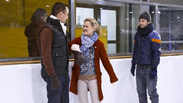 Fischer (Björn von der Wellen, re.) sieht verdutzt, wie Frau Dr. Schumann (Lisa Feller, Mi.) mit einem fremden Herrn flirtet. | Rechte: MDR/Katharina Simmet