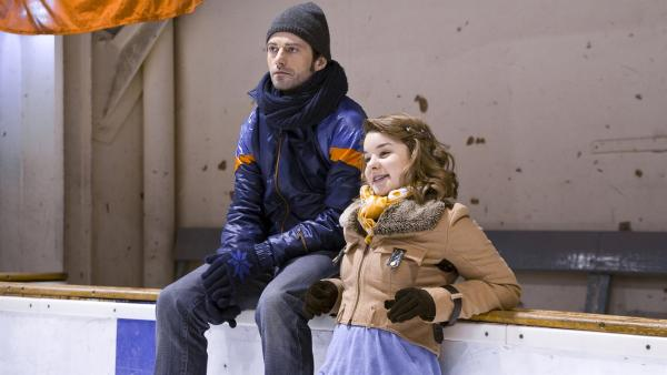 Ming (Ruth Schönherr) ist sichtlich erleichtert, weil ihr Verdacht, dass zwischen ihrer Mutter und Fischer (Björn von der Wellen) etwas läuft, entkräftet wird. | Rechte: MDR/Katharina Simmet