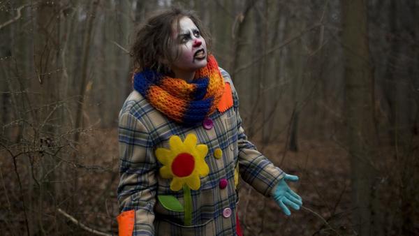 Pippi (Marie Borchardt) irrt durch den Wald und sucht verzweifelt nach Hilfe. | Rechte: MDR/Katharina Simmet