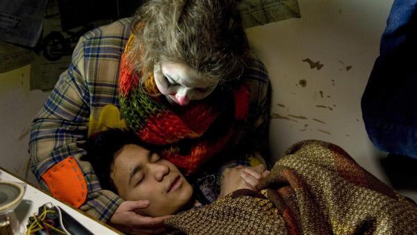 Pippi (Marie Borchardt) blickt besorgt und erschöpft auf den lethargischen David (David Meier), dessen Zustand sich rapide verschlechtert. | Rechte: MDR/Katharina Simmet