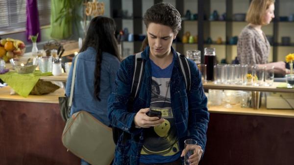 Tommy (Lucas Leppert) hat gerade den Entschluss gefasst, sich nicht mehr in das Liebesleben von Tobias einzumischen. | Rechte: MDR/Katharina Simmet