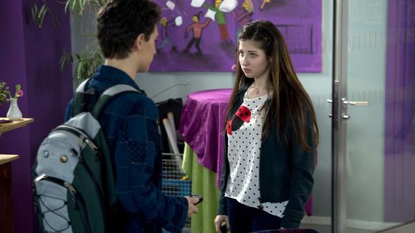 Tommy (Lucas Leppert, li.) erfährt entsetzt, dass Marike (Natalie Koop, re.) nur mit Tobias (Stefan Wiegand) zusammen ist, um ihren Ex eiferüchtig zu machen. | Rechte: MDR/Katharina Simmet