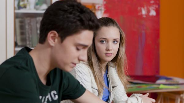 Tommy (Lucas Leppert) gelingt es nicht, Tobias zu besänftigen, obwohl Constanze (Henrieke Fritz) ihm zur Seite steht. | Rechte: MDR/Marco Wicher