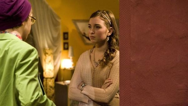 Miriam (Jelena Herrmann) lässt sich nicht von Adrian (Lukas Lange) zur Teilnahme an der Schülerfirma überreden. | Rechte: MDR/Katharina Simmet