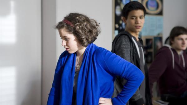Pippi (Marie Borchardt) und David (David Meier) kämpfen gegen die Anziehungskraft. | Rechte: MDR/Katharina Simmet