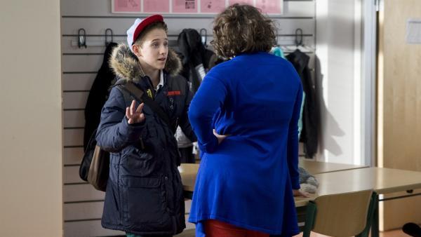 Dominik (Yannick Rau) fragt Pippi (Marie Borchardt), ob sie bei ihrem Film die Hauptrolle spielen möchte. Was Pippi und David noch nicht wissen: Es ist Davids geheimes Drehbuch, in denen er von seinen Ängsten und Wünschen schreibt. | Rechte: MDR/Katharina Simmet