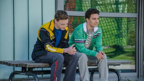 Tommy (Lucas Leppert, re.) erzählt seinem besten Freund Tobias (Stefan Wiegand, li.), dass er wieder um Constanze (Henrieke Fritz) kämpft. | Rechte: MDR/Marcus Goldhahn