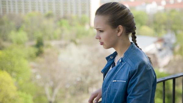 Constanze (Henrieke Fritz) trifft eine folgenschwere Entscheidung. | Rechte: MDR/Katharina Simmet