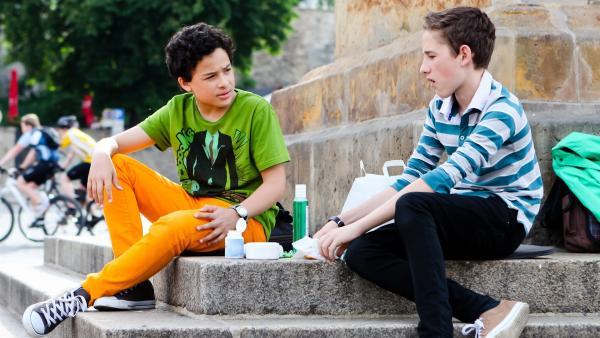 Raphael (Oskar Kraska McKone, li.) und Dominik (Yannick Rau, re.) überlegen, wie sie verhindern können, dass Alex nach Afrika geht. | Rechte: MDR/Marco Wicher