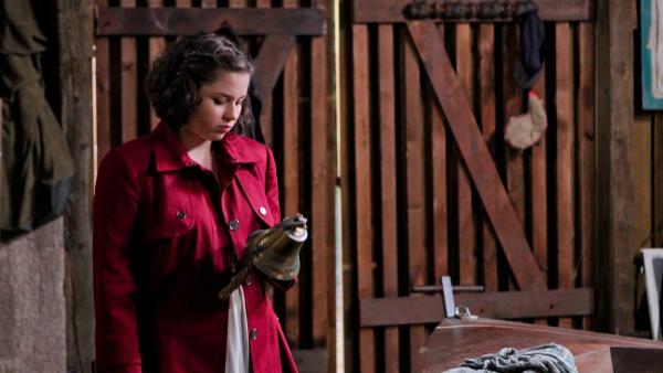 Pippi (Marie Borchardt) hat ein ungutes Gefühl, als ihr Kathi einfach so eine schöne Schiffsglocke für David in die Hände drückt. | Rechte: MDR/Marco Wicher