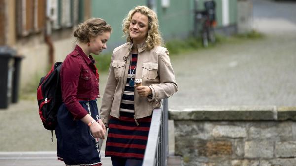 Frau Schumann (Lisa Feller, re.) eröffnet ihrer Tochter Ming (Ruth Schönherr, li.), dass sie die Wohnsituation mit dem Chaoten Moritz nicht aushält und ausziehen möchte.   Rechte: MDR/Katharina Simmet
