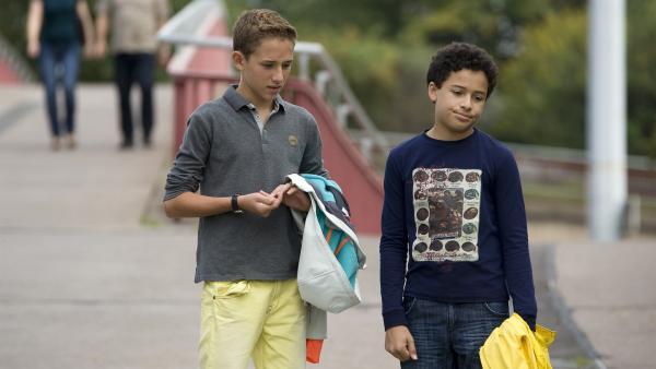 Dominik (Yannick Rau, li.) und Raphael (Oskar Kraska McKone, re.) steigen mit einem Schwindel in die Schülerfirma ein. Ob dieser auffliegen wird?   Rechte: MDR/Katharina Simmet