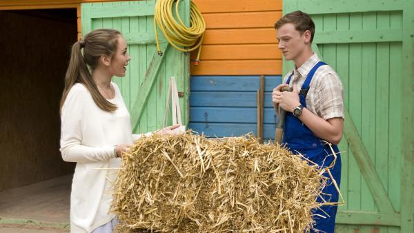 Miriam (Jelena Herrmann, li.) versucht Tobias (Stefan Wiegand, re.) für die Schule zu motivieren. | Rechte: MDR/Katharina Simmet